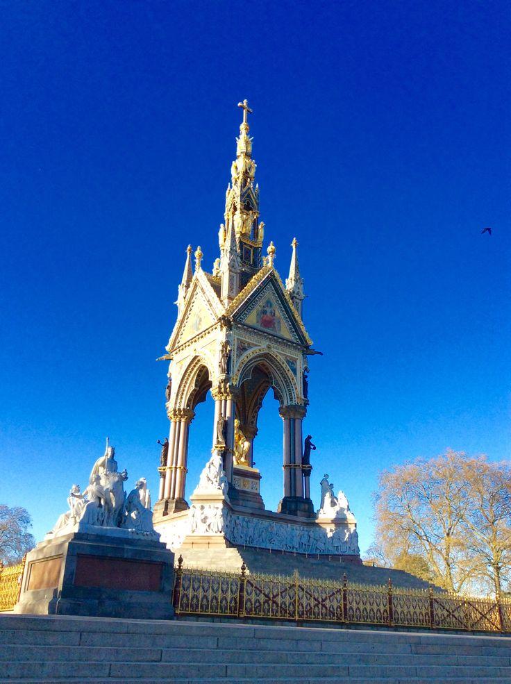 L'Albert Memorial di Londra e' il monumento in onore del principe Alberto di Sassonia-Coburgo-Gotha (1819-1861) Situato nei giardini di Kensington, di fronte al Royal Albert Hall-Londra