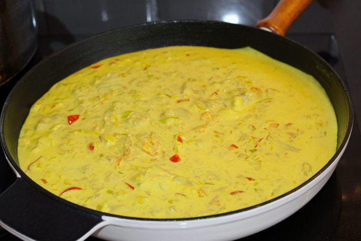 Tonfisk i en god currysås. Denna rätt är fantastisk. Inte bara för att den är så himla enkel att laga utan för alla goda smaker den bjuder på. Servera med pasta eller ris och en god salladbredvid. Lättlagat och gottigottgott! RECEPT PÅ SALLADEN HITTAR DU HÄR! RECEPT PÅ KYCKLINGFILÉ I CURRYSÅS HITTAR DU HÄR! 4-6 portioner 2 burkar tonfisk i vatten 1 bit purjolök eller 1 vanlig lök 1 liten bit ingefära 2 vitlöksklyftor 1 röd paprika 2 tsk curry 1 tsk gurkmeja (kan uteslutas men det ger en…