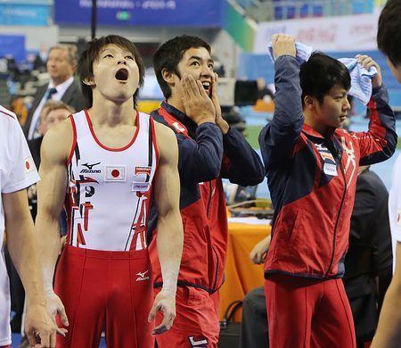 男子団体総合決勝、順位が表示された電光ボードを見てぼうぜんとする(左から)内村航平、白井健三ら=7日、中国・南寧 ▼8Oct2014時事通信|日本、信じがたい2位=ミスなく力は十分発揮-世界体操 http://www.jiji.com/jc/zc?k=201410/2014100700995 #World_Artistic_Gymnastics_Championships_Nanning_2014 #Kohei_Uchimura #内村航平 #白井健三 #Kenzo_Shirai