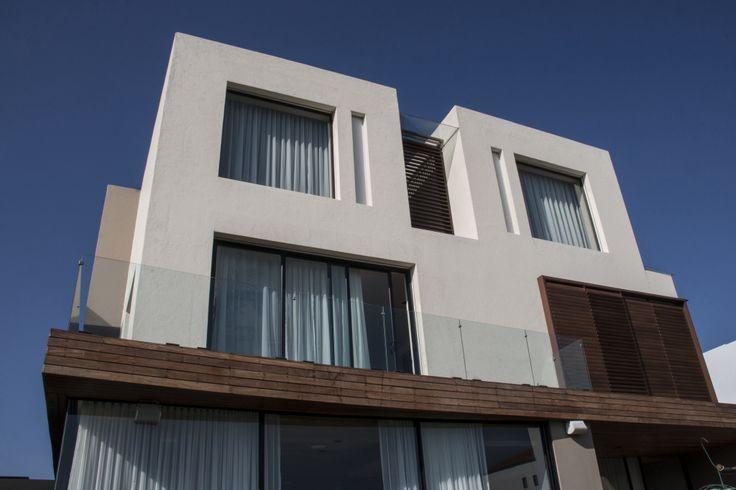 Casa ss fachada ventanas aluminio negro c digo z for Fachada aluminio
