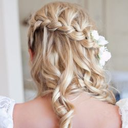 Check out these 25 gorgeous wedding hair styles! You're sure to find something you love.