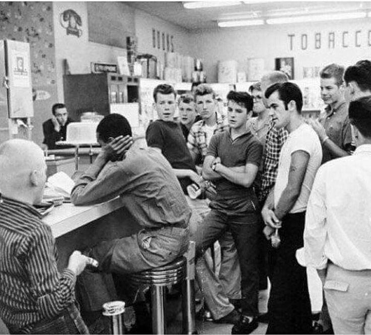 """Imagen poderosa: """"La sentada"""" - un hombre negro sentado en un restaurante blanco a principios de los años 60 como forma de protesta contra la segregación racial en EEUU.  #afroestilo #historia"""