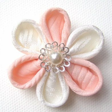 Learn how to make kanzashi flowers - with this step by step DIY kanzashi flower tutorial (pics, DIY guide and video)