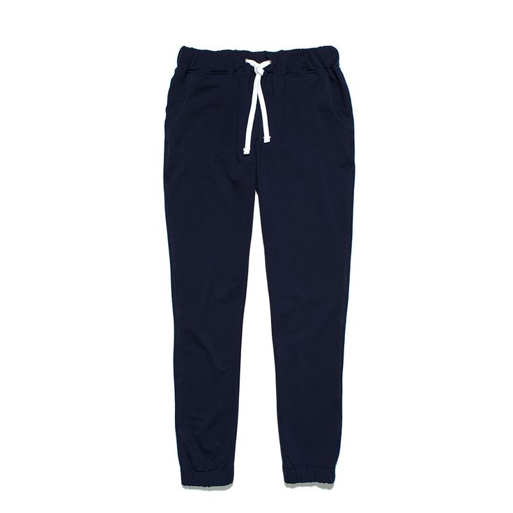"""Spodnie Dresowe BASIC NAVY Klasyczne damskie spodnie dresowe o luźniejszym kroju. Materiał dresówka pętelka. Z tyłu na kieszonce mały haft """"P"""". W pasie i na dole ściągane gumą."""