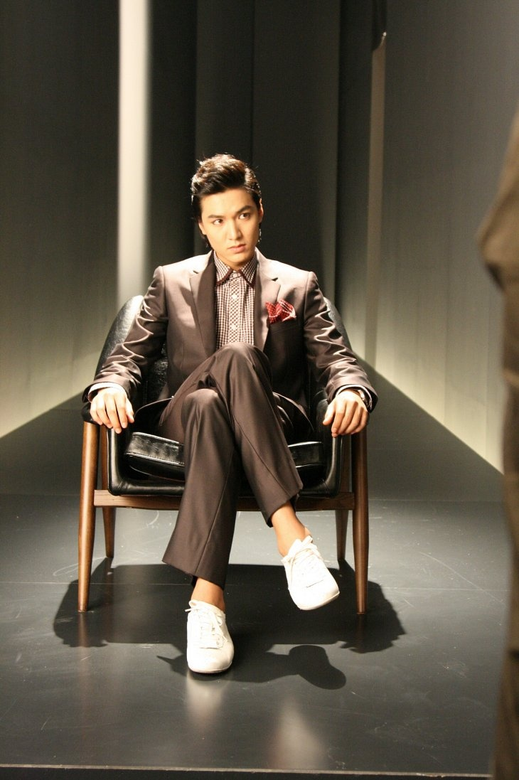 Lee Min Ho sans bangs + brown gingham. Wonder if his forehead is cold lol