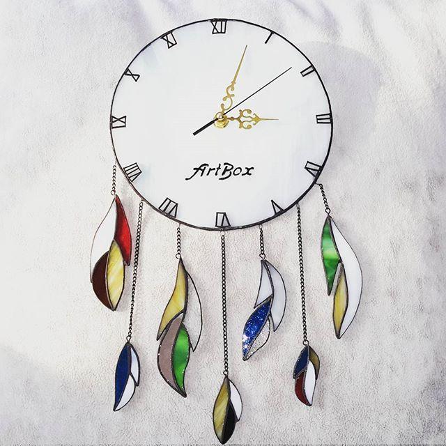 Ловец снов соединяет в себе красоту и разнообразие индейского стиля! А я добавила еще и новый функционал в виде часов! Суперполезная вещь! 😉 #часы #стекло #витраж #тиффани #подарки #ловецснов #sova #artboxsova #artboxglass #stainedglass #glass #glassart #art