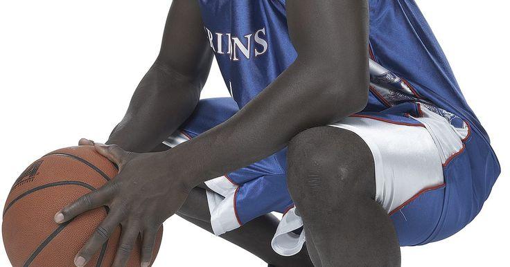 Cómo hacer tu propio diseño de camiseta de baloncesto. Cuando estás organizando un equipo de baloncesto, ya sea para una escuela o una competencia, querrás una camiseta para el equipo que te ayude a diferenciarte de la multitud. No sólo podrás engalanarte con los colores de tu equipo, también podrás escoger tus números y tener tu nombre en la espalda de la camiseta.