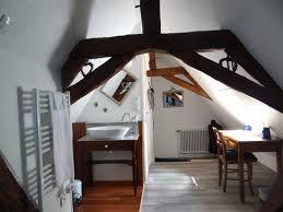 Une vasque élégante large mais peu profonde adossée à des toilettes dont la porte coupée permet une ouverture complète.