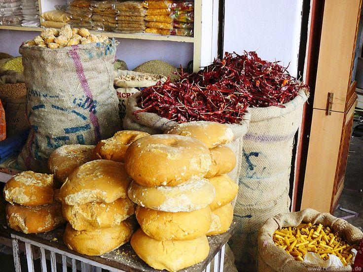 Was gibt es in Nepal eigentlich zu essen? Und was sollte man besser NICHT essen oder trinken, um unterwegs gesucht zu bleiben? Lest mehr dazu im Blog!
