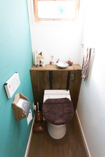 トイレにはタンクを隠すための棚を、手作りで設置。棚の上の窓も、夫が作ったものをはめ込んでもらった。
