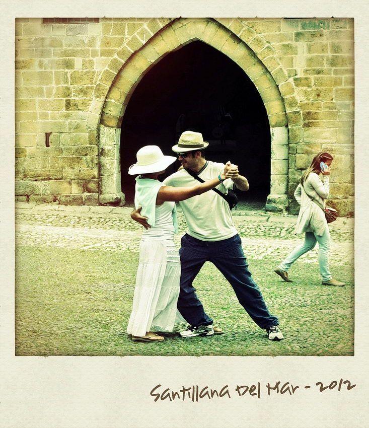 Foto a simular Polaroid. Um par a dançar em frente a uma porta e uma rapariga a passar
