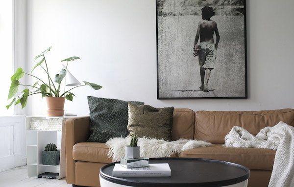 A cognac vintage leather sofa in the sitting room / living room of a charming norwegian home. Henriette Amlie Kalbekken / Designlykke.:
