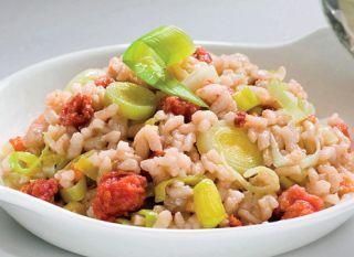 """Uma boa erva para temperar as comidas, o alho-poró aparece mais agora em julho e fica ótimo no <a href=""""http://mdemulher.abril.com.br/culinaria/receitas/receita-de-risoto-alho-poro-483103.shtml"""" target=""""_blank"""">risoto</a>."""