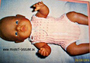Baby born opskrifter. Strikkeopskrift til 43 cm. dukke. undertøj i lyserød farve og hulmønster.
