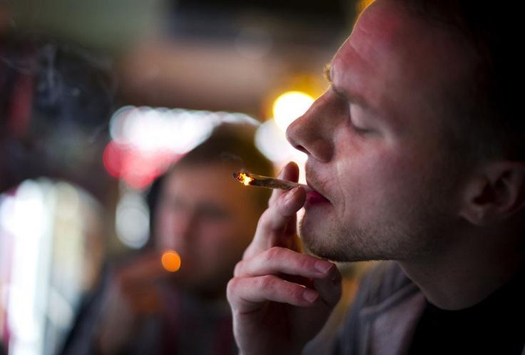 Знаменитые амстердамские кофешопы снова могут свободно продавать марихуану туристам. Новое правительство (в сентябре здесь прошли парламентские выборы) дало право решать такие вопросы местным властям, после чего мэр Амстердама Эберхард ван дер Лаан (Eberhard van der Laan) объявил об отмене запрета на продажу легких наркотиков туристам. Уже с первого ноября 220 кофешопов столицы снова свободно обслуживают приезжих клиентов. (8 фотографий)