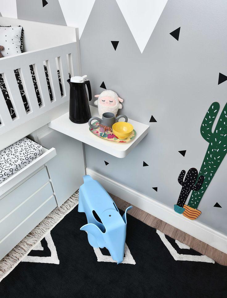 Projeto da Uebaa Design para @amomooui . Esse é um exemplo de ambiente divertido mesmo com muito preto, branco e cinza no ambiente! A parede tem um grafismo geométrico, adesivos de triângulos colados aleatoriamente e uma régua Cactos para acompanhar a altura dos pequenos. A roupa de cama também P&B, tem estampas divertidas como Formiga e Memphis! #quartopretoebranco #quartomoderno #kidsroom #adesivosdeparede #decor #quartosemgenero #quartocompartilhado