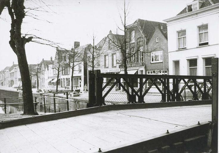 De Noordhaven gezien vanaf de hoek van de Zuidhaven met de Markt in de richting van de oude brug