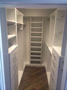 Closet compacto ótimo para pequenos apartamentos, cheio de nichos e prateleiras para organizar.