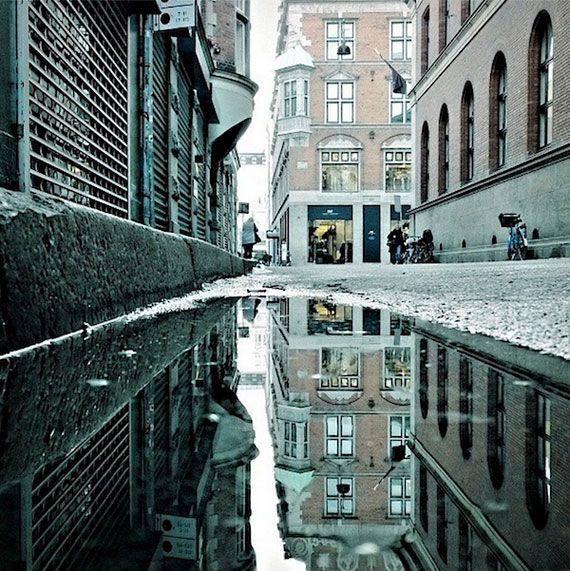 雨上がり。水たまりに映し出されたコペンハーゲンの都市風景