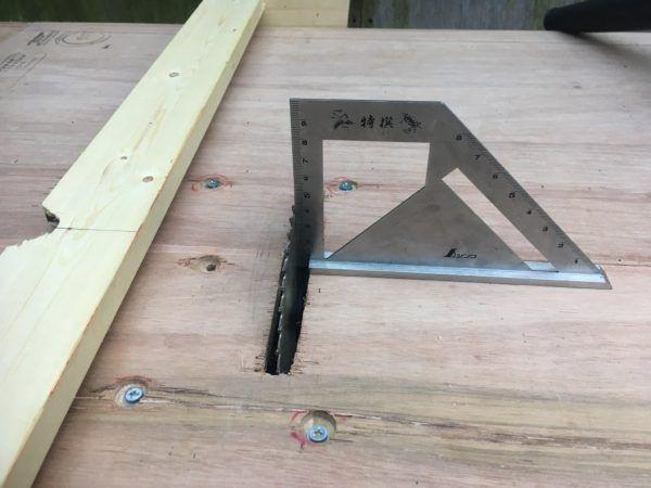 以前から現場で色々な造作したり細工物作るたびにあれば楽だなっと思っていた丸ノコテーブル(テーブルソーとも) 多分見られた事あると思うんですが? ホームセンターなどに行けばこのような小型のテーブルソーがあります。 これでもいいのですが、何か気がのらない。 いきさつ 例えば木工事の場合で言えば、最近の建材や資材はよくよく考えると板状の物がいつも多いいのです。 例えば、コンパネ! 石膏ボード・キッチンパネル・フローリングなど他にもありますが板状です、これらならカットする時には大抵は丸ノコで切ってしまいます。 後は壁、床、天井の下地組みの時に角材など棒状の物を使います。 これらは、卓上丸ノコと言う物で大抵済みます。 卓上以外も色々と入りますが今回は丸ノコ話で。 しかし! 下地工事~仕上工事に入り出すといつも細かく切る事が増えてきます。部材は上げればキリがないので省きますが、寸法取ってカットしてうーん、後1ミリ弱やーなどブツブツ独り言、言いながら戻ってきて、コンマ7位切るか!とか言いながら行ったり来たりしてます。 じゃあ何にいるのか! こんな物を切る時が厄介なんです。…