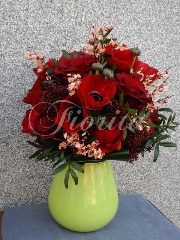 Svatební kytice ze sasanek, růží, skimií a kručinky