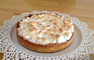 Tradiční italský citrónový koláč: Na vrch se navrství bílková pěna lehká jako obláček, ze kterého vzniknou sladké pusinky, a uvnitř naleznete famózní sladko-kyselý krém!