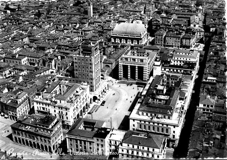 Piazza della Vittoria dall' aereo - 1950 http://www.bresciavintage.it/brescia-antica/cartoline/piazza-vittoria-dall-aereo-1950/