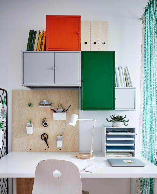Ein Schreibtischbereich mit jeder Menge Aufbewahrung, LIXHULT Schrank iMetall/grün und einem Steckbrett.
