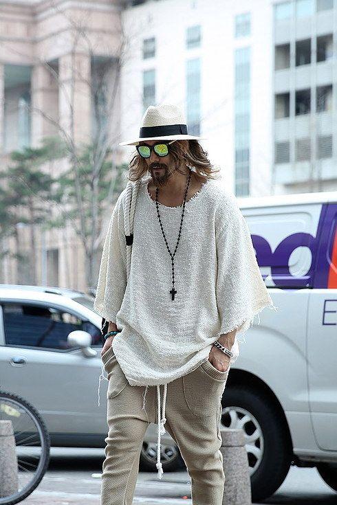 Unos pantalones de ejercicio tipo skinny, camisa holgada, un rosario, gafas, sombrero y eres Johnny Depp. | 23 Trucos de moda que todos los hombres estilosos deben probar