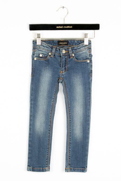 Hos ByEngberg finner du dessa Tiger Fit jeans från Mini Rodini. Dolda knappar på insidan för justering av bredd. Det som skiljer Tiger Fit och Panther Fit är att Tiger Fit är 1cm högre i midjan och vidare i benen. Färg: Vintage denim. Kvalitet: Mjuk denim. Material: 98% ekologisk bomull, 2% elastane. Storlek: Normal. Tvätt: 40 grader, drar ihop sig högst 3% vid tvätt.