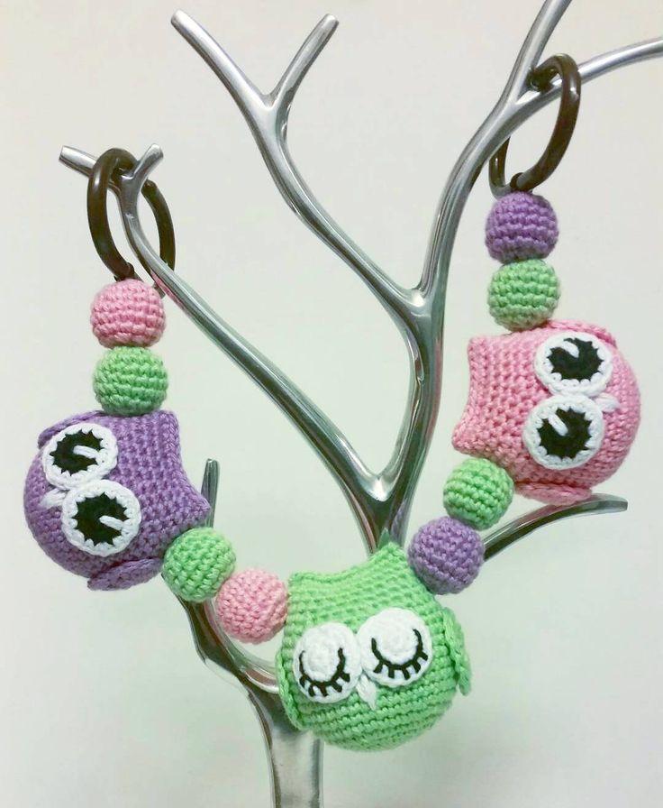 En ugglemobil redo att skickas. #virka #crochet #virkat #crocheting #crochetersofinstagram #crochetersanonymous #färgglatt #color #garn #yarn #barnmobil #ugglemobil #uggla #owl #owls #barnmobil #barnvagnsmobil #vagnmobil #barn #vagn #vagnhänge #virkattillbaby #virkattillbarn #virkarpåbeställning by mariavirkar