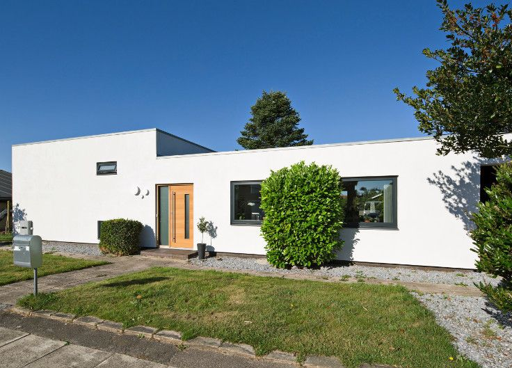 Exterior JE-TRAE door model Alfa fitted on refurbished private home in Denmark. The owner completely changed the look and style of this typical 70ies Danish home into a modern looking home with classic architectual features. The exterior JE-TRAE door from Vahle suits the purpose perfectly. #vahledoor #exteriordoor #je-trae #alfa #architecture #architectural #doors