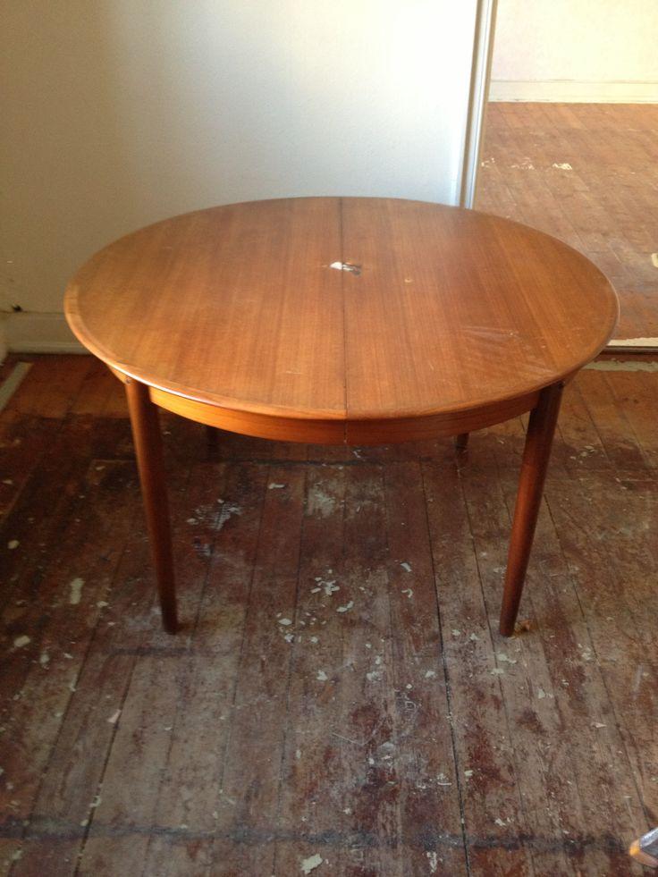 Rundt teak bord med tillægsplader. Har stort mærke midt på bordet. Ben skal reperares ved skruesamling for at kunne sidde ordentlig fast. kr 900.