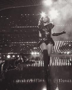 Cuando apareció en el escenario del medio tiempo del Super Tazón y sencillamente cambió la imagen del fútbol americano para siempre.   50 Momentos en que Beyoncé dominó el mundo en 2013
