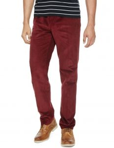 Mannen, wat vinden jullie van deze corduroy broek van Marks & Spencer London? Hij is nu in de uitverkoop! #mode #heren #mannen #rood #broek #jeans #mensfashion #red #trousers #sale