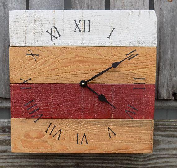 Rojo y blanco madera reloj reloj de madera de palet granero