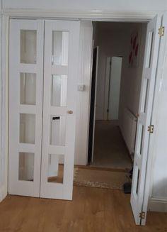 Puertas plegables de vidrio, con refuerzo de madera. Si vives en un departamento y tienes tu puerta de madera normal, en la entrada, un poco más afuera puedes instalar este tipo de puerta plegable, que no ocupa mucho espacio, sobre todo si tienes el problema de la inseguridad resuelto, con vigilancia del condominio, pero tienes niños pequeños que juegan a abrir la puerta de entrada. Esta doble puerta te servirá de mucha ayuda, mientras los chicos crecen.