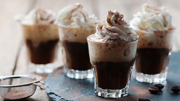 Satsa på en varm kaffedrink med vispgrädde och en skvätt rom – både värmande och gott!