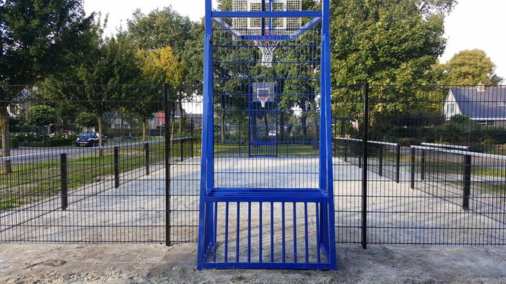 Pannaveld basketbalcombinatie Amsterdam. Afmetingen 10 x 15 meter met speciaal gezette leunprofielen en de door ons ontwikkelde combinaties.