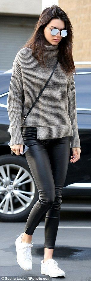 Ah, how we love casual outift ideas. Street style has become just as major as the runway shows fashion.