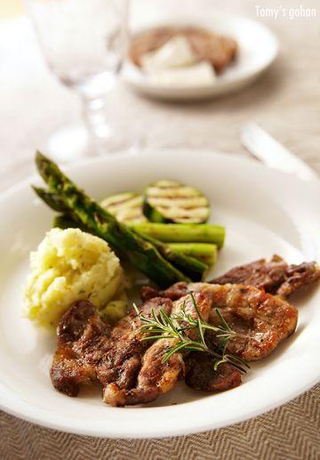 豚肉はよく食べますが、たまにはちょっと分厚く切ったものや固まりの豚肉を味わいたい時があります。 これも先日ハーブやオリーブオイルでマリネしてから、グリルパンで焼いた肩ロースのグリル。 塩豚と反対に水分を保持したままの柔らかなステーキ風で美味しいです。(ちと焼きすぎた:汗)  豚肉は肩ロースが大好きなので、特売にはかかさず買って、半分は味噌漬け、半分はこのマリネが定番。 どちらも半日〜1日漬けてから冷凍ストック。お肉食べたい時にフライパンかグリルで焼くだけです。  豚肩ロースは1cmぐらいの厚みに切り、包丁の先で繊維を断ちます。ラップの上か保存袋で、スライスニンニク、タイム、ローズマリー、塩こしょう、EXVオリーブオイルを軽くもみ込み、半日〜1日冷蔵庫に置きます。その後焼いて食べるか、冷凍保存しています。  ローズマリーの代わりに、タイムとオレガノの時もあるし、ヒレ肉の時は白ワインを先に少し使う事も。 仕上げには粒マスタードや煮詰めたバルサミコ酢をちょっと添えたりお好みで。 ポークに定番のマッシュポテトもオットにはウケの良い付け合わせです。