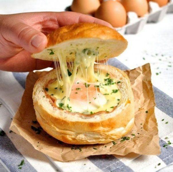 Ingrediente : 2-3 chifle (depinde cate sandvisuri vrei sa pregatesti) 2-3 oua la temperatura camerei 2-3 felii de sunca putin patrunjel proaspat 100 gr branza mozzarella , data pe razatoare Mod de preparare: 1. Incinge cuptorul la 180...