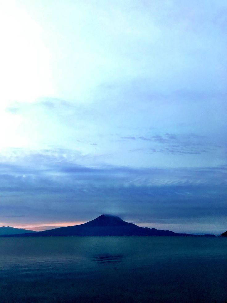 おはようございます(^o^)/  今日の桜島です。 天気は晴れ。今日まで天気は持ちそうですが、明日は土木フェスタ。 明日まで晴れが持って欲しいですね。 天皇皇后両陛下が鹿児島に入られましたね。 鹿児島でごゆっくり過ごされて欲しいと思います。 今日も一日、元気に頑張っていきましょう!!!