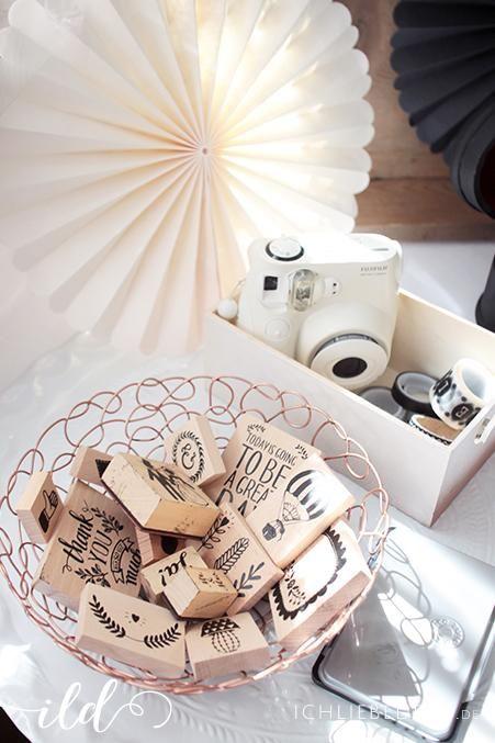 Vintage Stempel, Washi Tape und Polaroid Kamera für das Hochzeit Gästebuch   vintage stamps, washi tape and a polaroid camera for the wedding guestbook