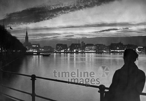 Hamburg - Blick über die Alster auf den Jungfernstieg ullstein bild - Saebens-Worpswed/Timeline Images