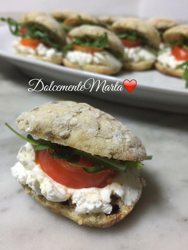Mini ciabattine alle olive verdi con robiola, pomodorini e rucola (ricetta di Luca Montersino)