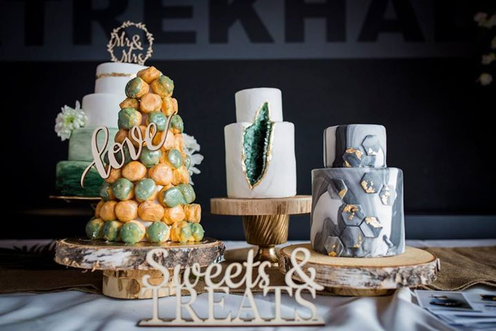 Bruidstaarten emerald en hout thema