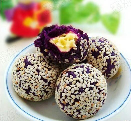 [Bolas púrpuras de queso de papa] 1. Los púrpura rodajas de patata dulce, en la olla humeante a los ocho minutos. 2. Los chips de patata violeta prensadas en el barro, puré de papas moradas en partes más pequeñas, amasan la pelota. 3. Coloque el queso cortado en trozos. 4. Pulse la bola de patata púrpura en el pastel, tomar un pedazo de queso en la bolsa de patatas púrpura, sellar las bolas de queso de papa de color púrpura, grupo amasar pelota. 5. sésamo pan salteados puso. 6. Misión ...