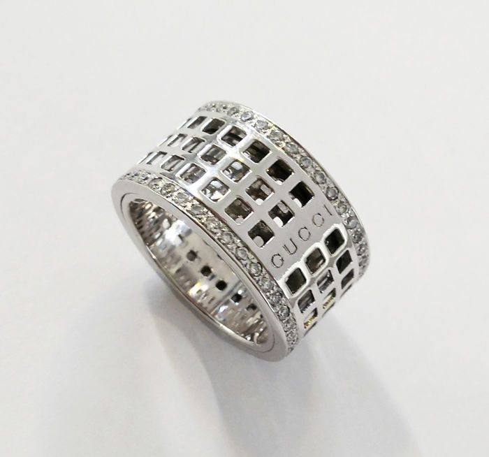 """Gucci-""""Spinning venster"""" 18 kt gouden en diamanten ring-Ring breedte: 12.5 mm  18 kt/750 wit gouden ring met diamanten. GUCCI merk. Geperforeerd in het centrum met twee bands van diamanten op de randen elke 0.012 ct VS1/G kwaliteit. Totaal: 80 diamanten 0.96 ctDe merknaam hallmarked in het itemBreedte van de ring: 127 mmDikte: 28 mmGrootte: 18Verzending verzekerd door de leverancier  EUR 400.00  Meer informatie"""