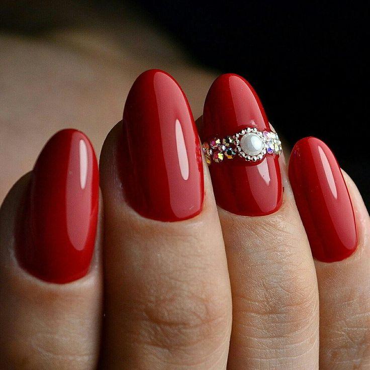красные ногти, стильный макикюр, маникюр со стразами,дизайн ногтей, нейл арт